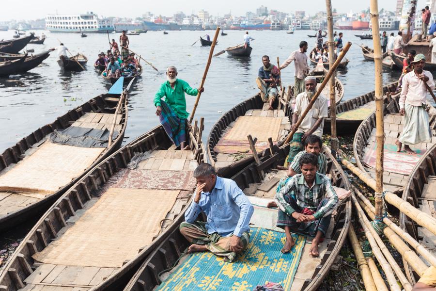 Boatsmen waiting for passengers, Sadarghat Boat Terminal, Dhaka, Bangladesh, Indian Sub-Continent, Asia