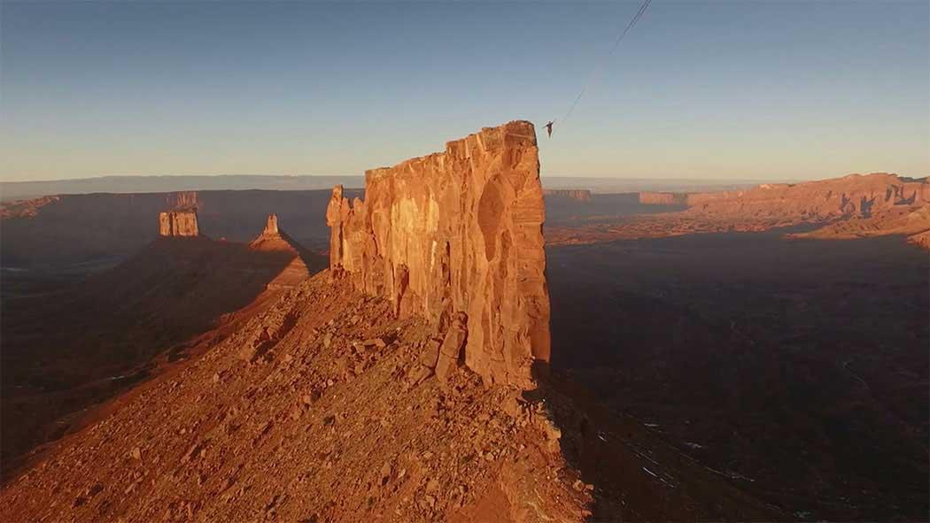 Across the sky – A world record slackline in the utah desert