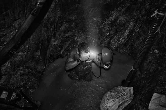 ColombiaThe water cannot be pumped out and the mine quickly begins to flood. Inside the tunnel the water level quickly rises and the miners try to unblock the suction tube with their bare hands.
