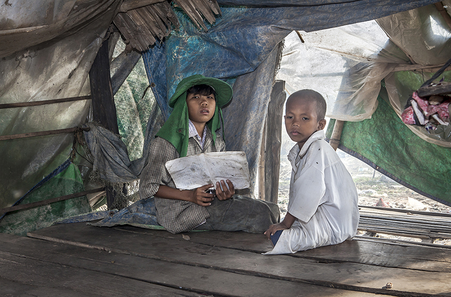 Sophea, whose parents can afford to pay for his education at a local NGO, tries to teach what he learned to his small brother with great effort. Since their familly income is about a US dollar and a half per day, they barely can afford anything , and to pay the monthly fee of 5 US dollars for his education constitutes a diifficult ordeal.