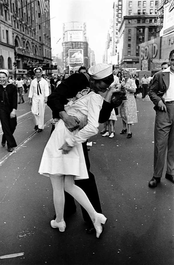 Alfred Eisenstaedt: VJ Day, Times Square, NY, 14. August 1945. Aus der Ausstellung AUGEN AUF! - 100 JAHRE LEICA-FOTOGRAFIE, 24. Oktober 2014 bis 11. Januar 2015 in den Deichtorhallen Hamburg / Haus der Photographie.