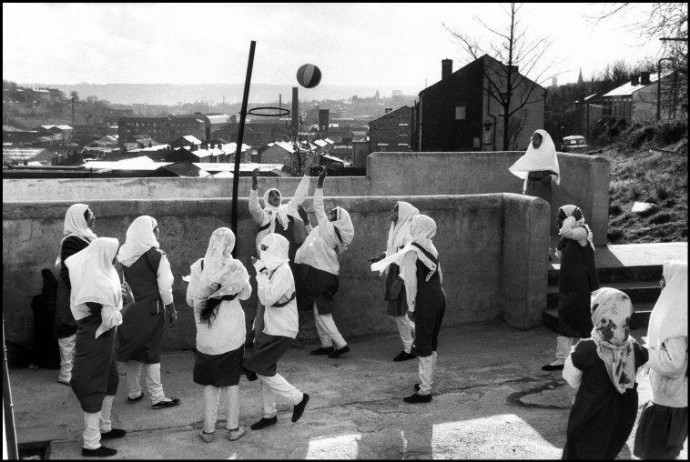 GB. ENGLAND. Yorkshire. Batley. At the Zakaria Muslim Girls High School, funded by the muslim community, girls in hijab (islamic dress) play touchball. 1989.