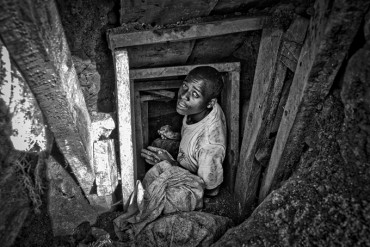 D.R.Congo_North Kivu region_Rubaya_Mudere mine. A miner works inside a tunnel: the minerals, coltan and manganese, are extracted by hand, using only using pickaxes and shovels.
