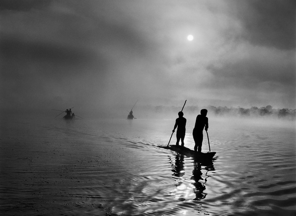 A group of Waura Indians fish in the Puilanga Lake near their village. Upper Xingu. Mato Grosso State. Brazil. 2005. Photograph by Sebastião SALGADO / Amazonas images