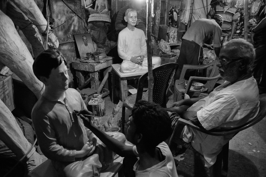 There are no classrooms, lecture halls, workshops or methodical training sessions for aspiring artisans to learn and mature as artists. Kumartuli, is struggling hard to sustain and maintain its heritage the traditional way. The old system of tutelage is no doubt outdated but nevertheless dependable. An artist's workshop has come out to the street literally in the busy rush hour.