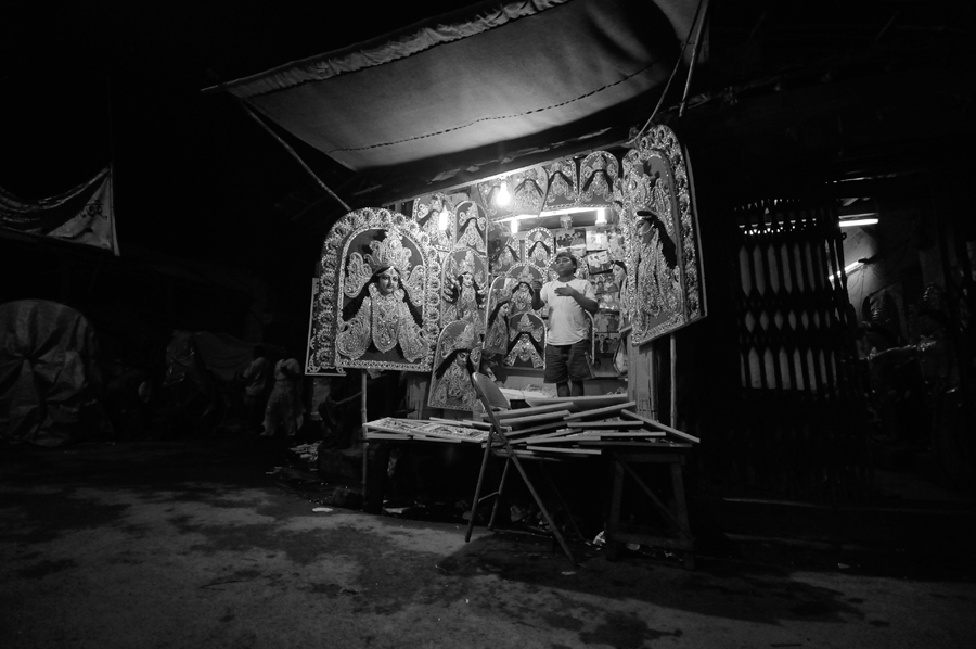 Autumn brings shining glory in the darkness of Kumartuli when idols are worshiped by their followers across the Globe during Durga Puja, the biggest festivity of Bengal. The artistry of Kumartuli spreads its wings to different parts of Europe and America. Many artisans from Kumartuli are also doing their job successfully in Mumbai, Delhi, Bengaluru, Uttar Pradesh, Madhya Pradesh, Tripura and many other states of India.