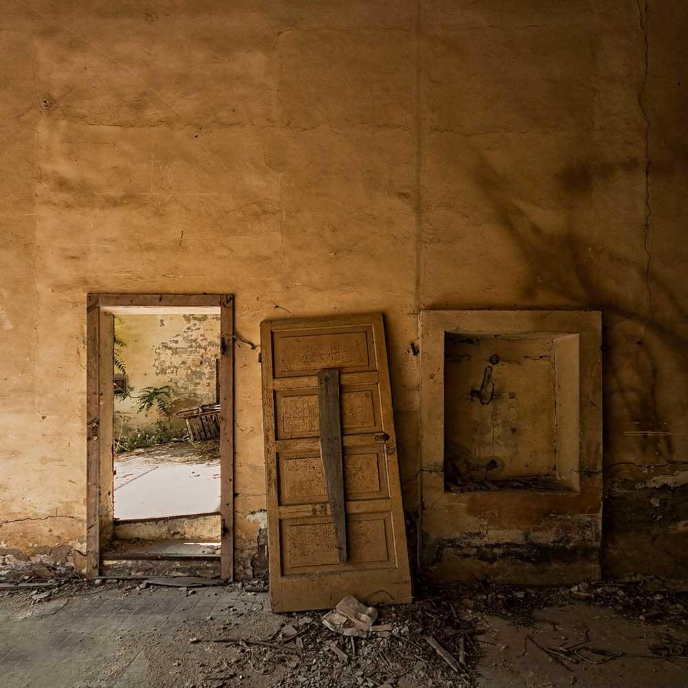 Interior abandonment / Lorenzo Linthout
