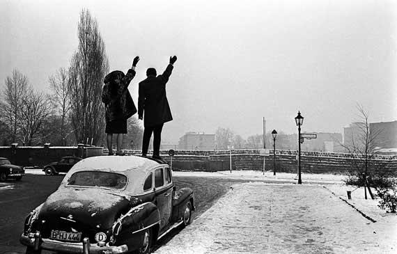 "Léon Herschtritt, ""Sur le toît"" Noël à Berlin, 1961 Gelatin silver print by Philippe Salaün, 50 x 60 cm, edition of 25 © Léon Herschtritt / LA COLLECTION, service presse | Courtesy Galerie Esther Woerdehoff"