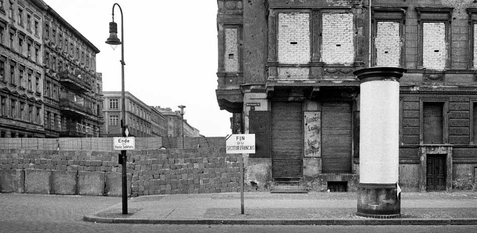 Ecke Wolliner / Bernauer Strasse, Westberlin, 1962 © bpk, Kunstbibliothek, SMB, Bernard Larsson