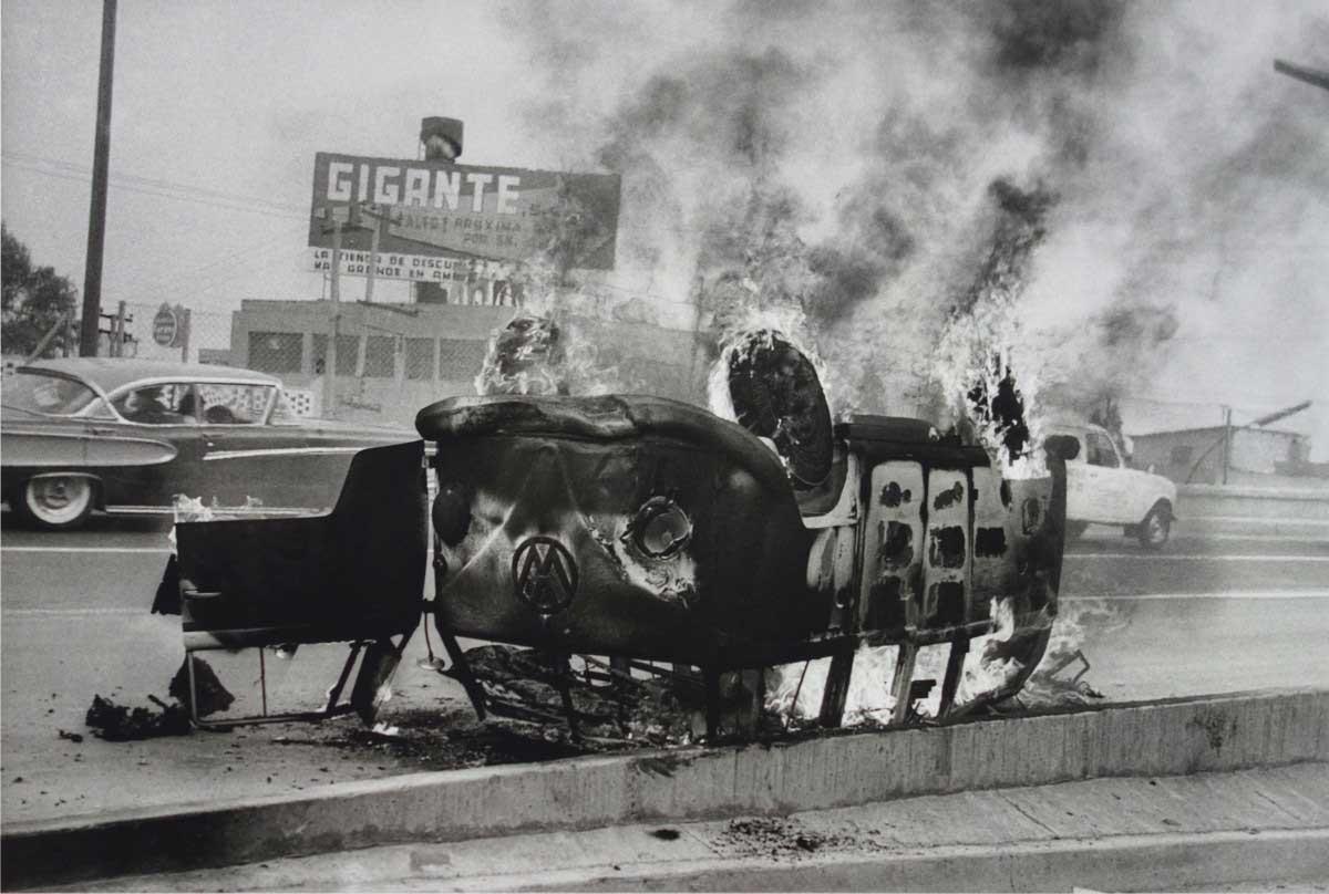 Enrique Metinides, Mexico City (VW burning), 1951, © Enrique Metinides