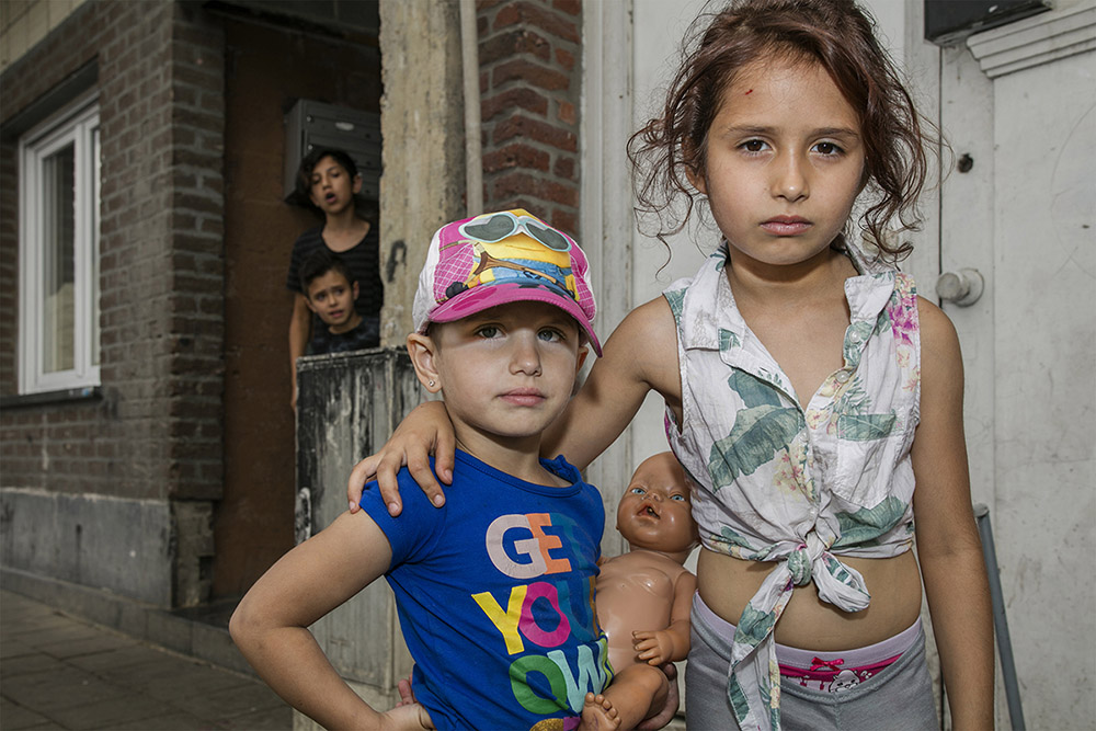 Children of an East European Roma family. Bad accomodation, criminality and school absence within this population are problems where the Belgian government hasn't found an answer for yet.