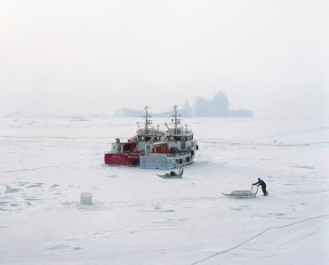The towns in the north are cut off by the ice during winter. Containers are stored in the harbor and used for transporting merchandise in cargo ships. They are also used to deliver provisions to certain towns before they are cut off by the frozen sea in winter. Then boats are held prisoners, but life continues on the sea ice thanks to traditional sleds and, nowadays, snowmobiles.