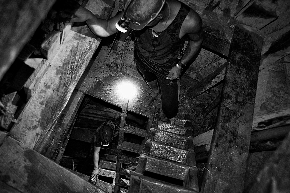 the mine has a vertical structure. A labyrinth of steps and tunnels that became increasingly narrow when descending. The steps are slimy and slippery from the mud and water that spill out from the walls. The only light is by torches attached to the miner's helmets.