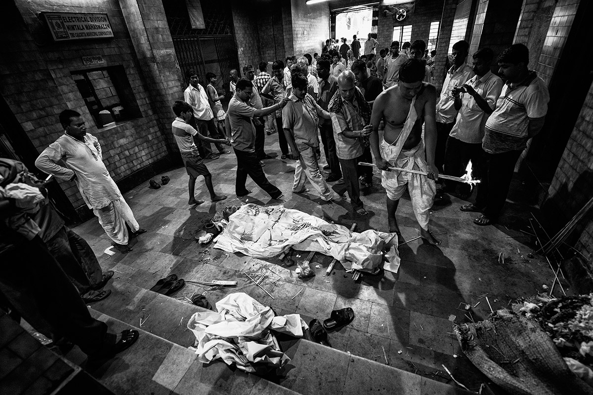A Hindu funerary riye in a Calcuta crematory | Joxe Inazio Kuesta