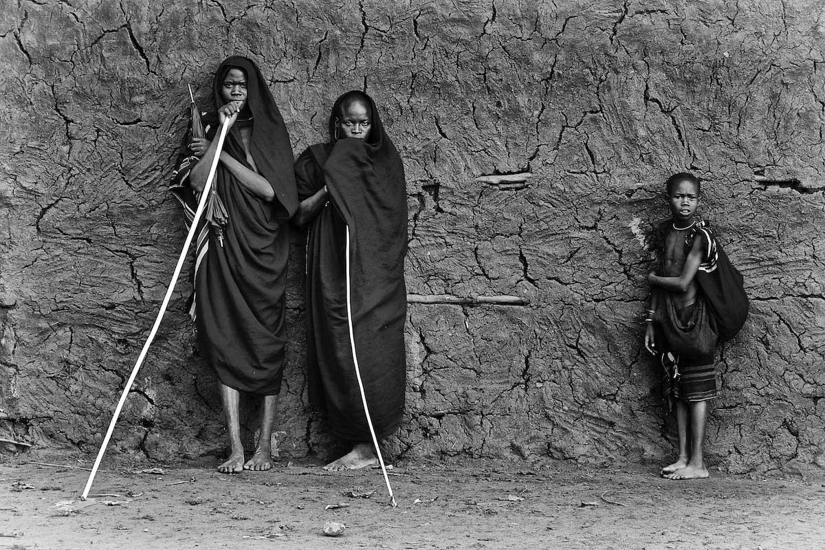 Suri-tribesmen-waiting-for-the-Donga