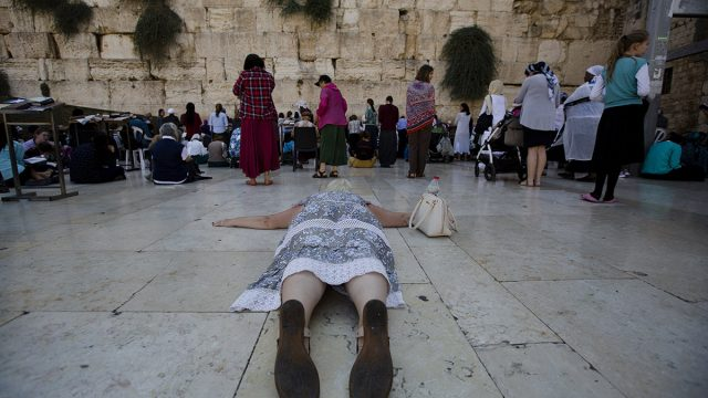 https://www.dodho.com/wp-content/uploads/2017/11/03Various-moments-of-religious-rituals-640x360.jpg