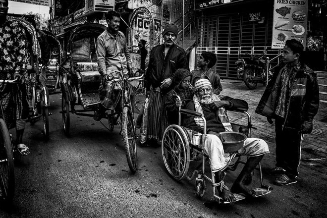 In the streets of Bangladesh by Joxe Inazio Kuesta
