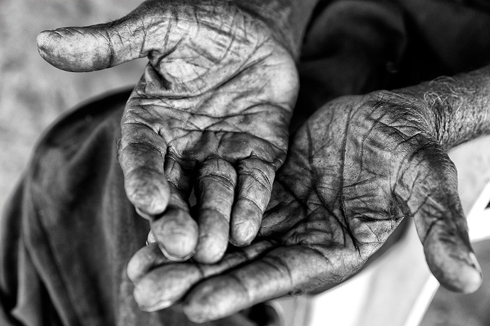 Seu Alfredo's (98 years old) hands, Cachoeira indigenous village