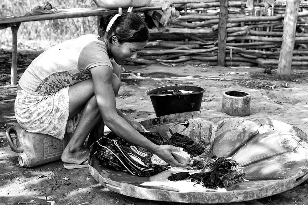 Vaneide washing clothes, Cachoeira indigenous village